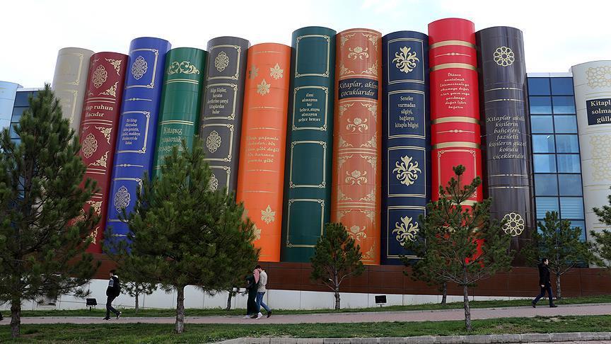 Kütüphanenin içi de dışı da 'kitap'