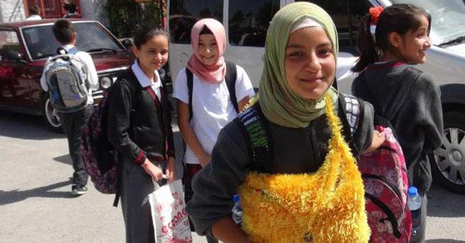 Konya'da öğrenciler başörtüsüyle derse girdi