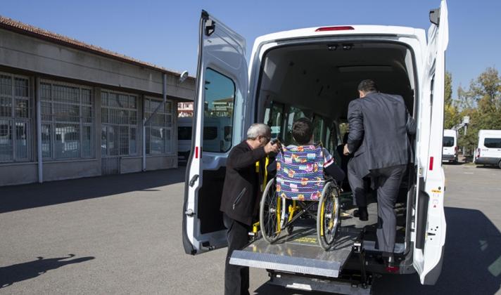 Engelli öğrencilere asansörlü servis aracı
