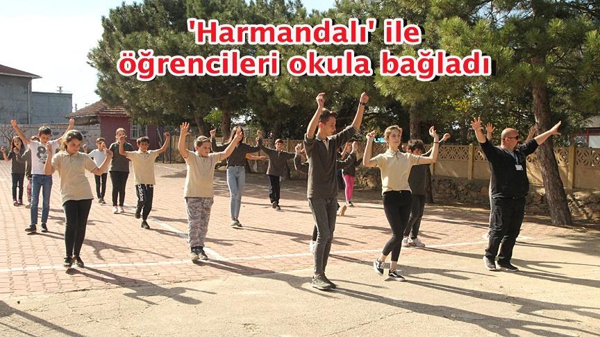 'Harmandalı' ile öğrencileri okula bağladı