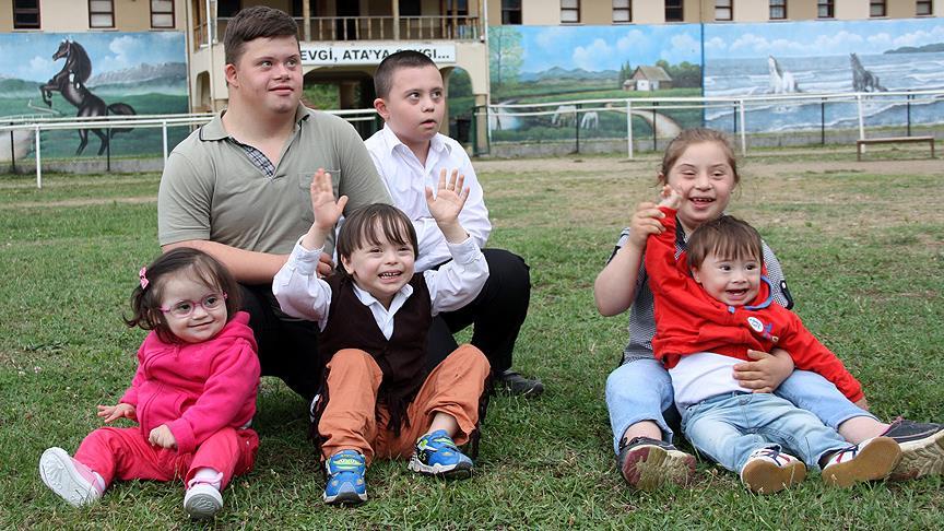 Down sendromlu çocukların gülümsemesi sizi yanıltmasın