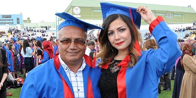 Kızıyla birlikte mezun olup, diploma aldı