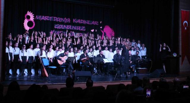 Veli ve öğrencilerden işaret dilinde konser
