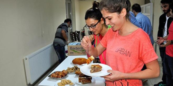 Üniversite personeli ders çalışan öğrenciyi pasta börekle besliyor