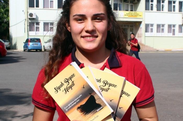 Lise öğrencisi harçlıklarıyla kitabından 4 adet bastırabildi