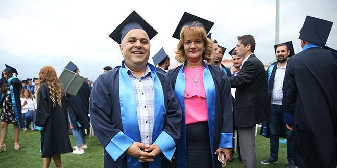 49 yaşındaki çift mezuniyet sevinci yaşadı