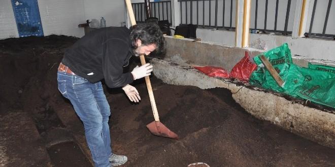 Emekli öğretmen, solucan gübresi üretim tesisi kurdu