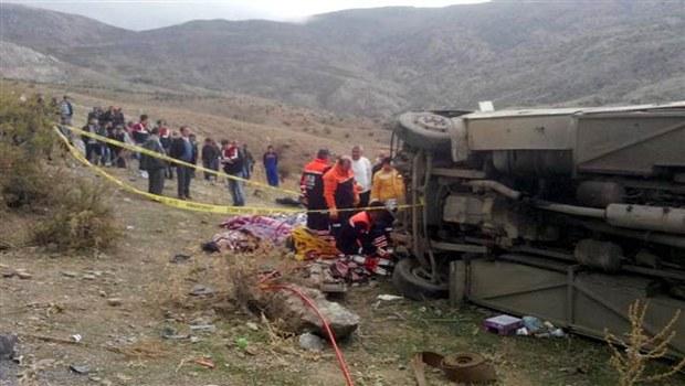 Öğrencileri taşıyan otobüs uçuruma yuvarlandı