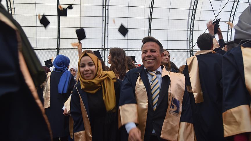 Üniversiteden çocuklarıyla mezun oldular