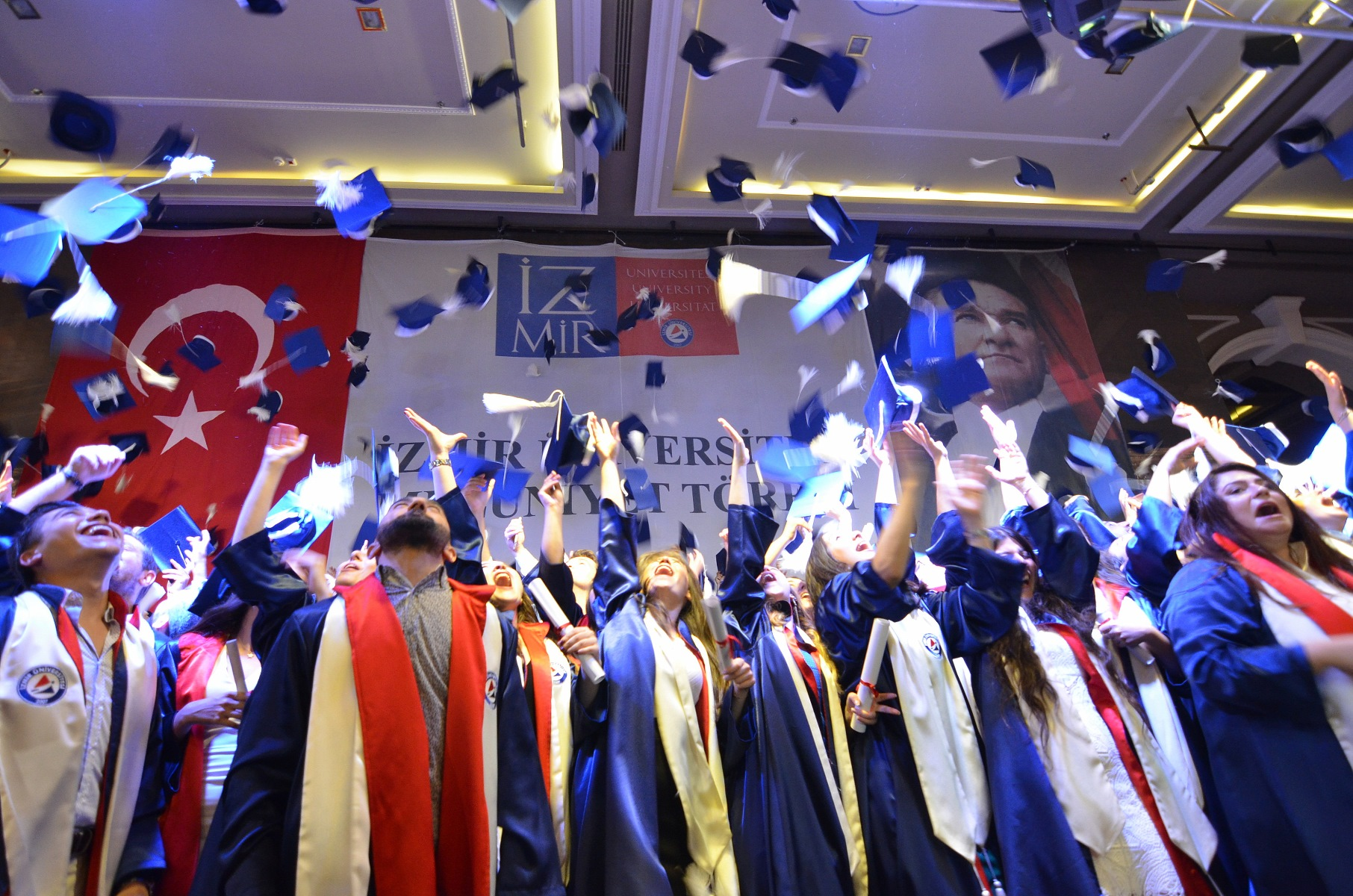 İzmir Üniversitesi 1200 öğrencisini yeni hayatlarına uğurladı