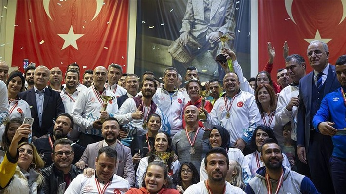 Bakan Selçuk şampiyon öğretmenlere kupalarını verdi