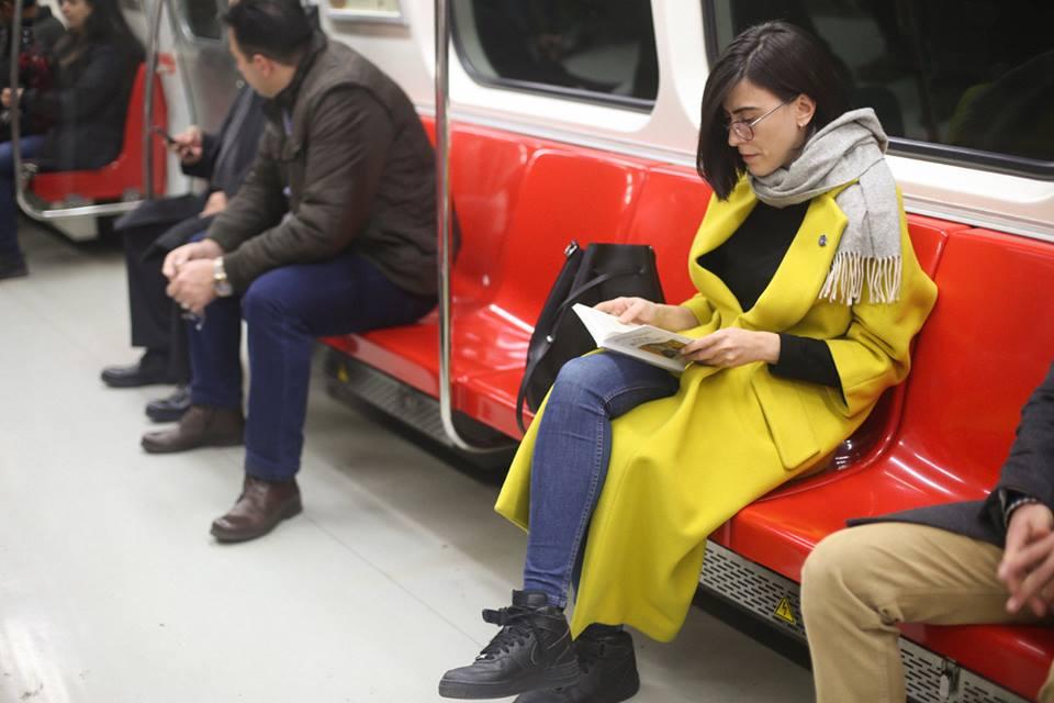 Metrobüste kaç kitap devirdim bir bilsen!