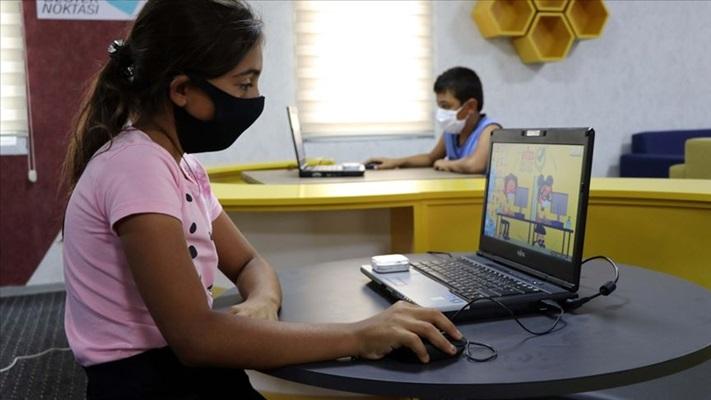 Online eğitim sürecinde çocuk ve ergenlerde göz ve ortopedi sorunlarına dikkat