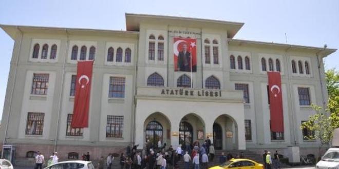 Atatürk Lisesi'nin 'niteliksiz okul' sayılmasına tepki