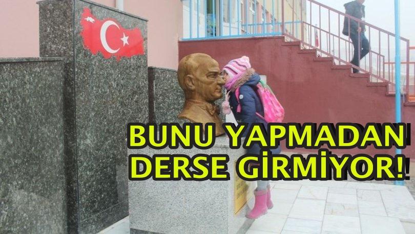 Her sabah Atatürk büstünü öpüp sınıfa giriyor...