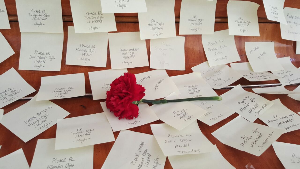 Öğrenciler okul duvarlarını Çanakkale şehitlerinin ismiyle kapladı