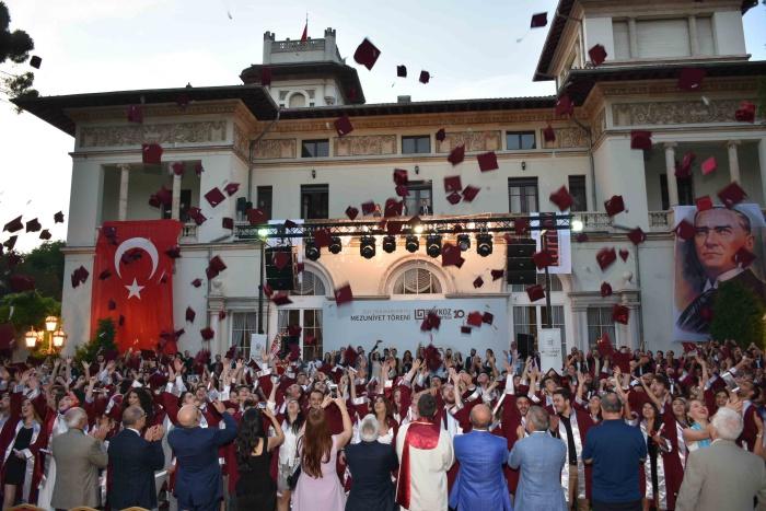 Beykoz Üniversitesi'nde mezuniyet coşkusu