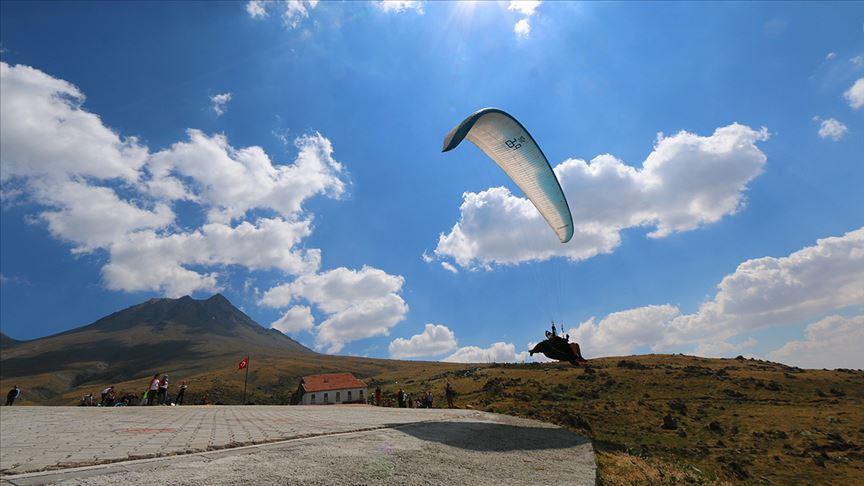 Yamaç paraşütünde dünyanın gözü Hasan Dağı'nda