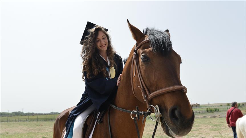 Diplomalarını at üstünde aldılar
