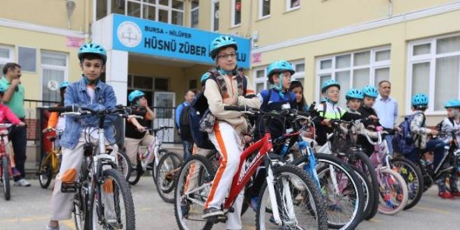 Öğrenciler okullarına bisikletle gidiyor