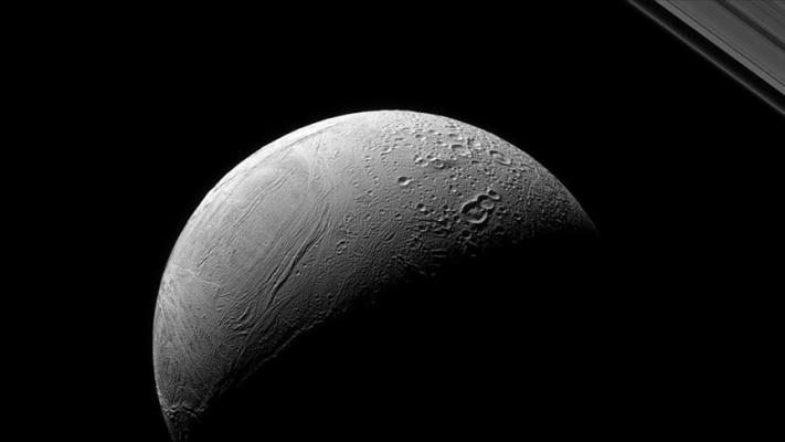 Enceladus'taki 'kaplan sırtı deseni' nin sırrı çözüldü