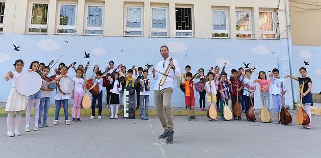 Sezer Öğretmen, minik elleri müzikle buluşturuyor!