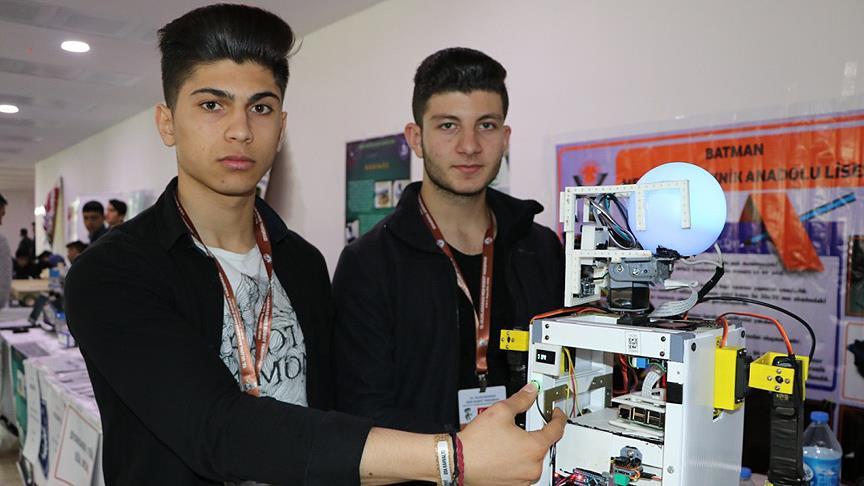 Lise öğrencilerinden hemşireler için yardımcı robot