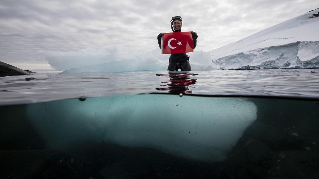 Milli sporcu Şahika Ercümen'den 'beyaz kıta'da anlamlı dalış