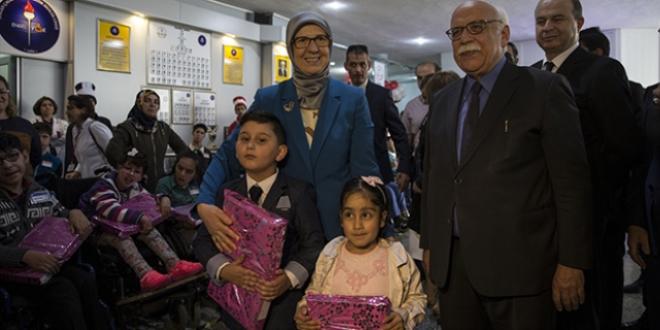 Avcı ve Ramazanoğlu'ndan engelli öğrencilere tablet