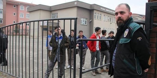 Bursa'da okul önlerinde polis kontrolü