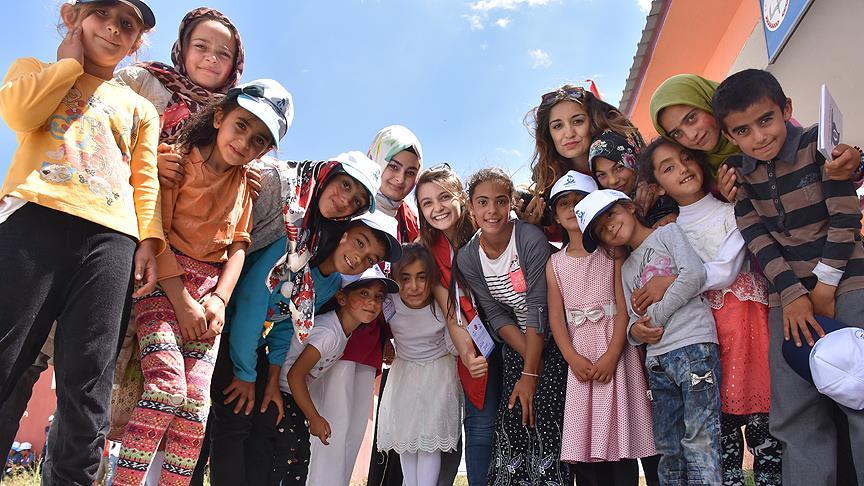 Üniversite öğrencileri köy çocukları için yollarda