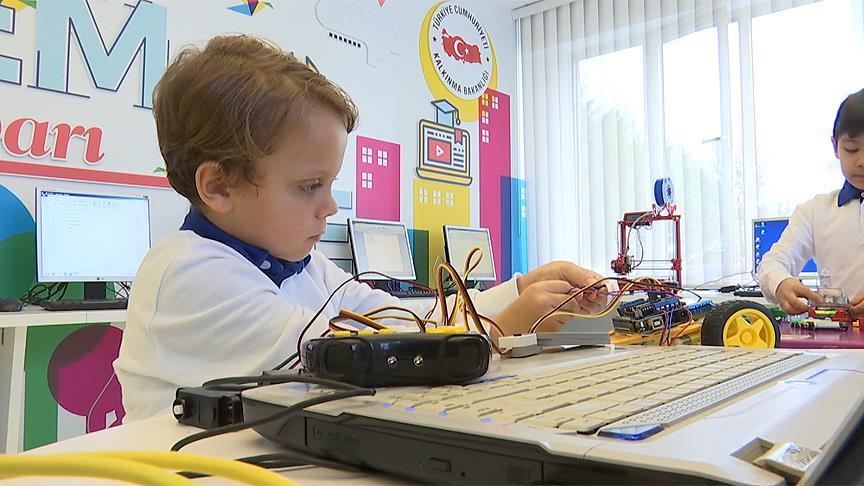 Türkiye'nin en genç girişimcisinden proje üstüne proje