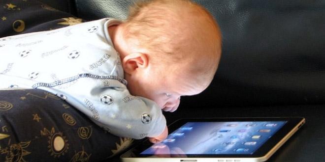 Akıllı ekranlar bebeklerde geç konuşmaya neden olabilir