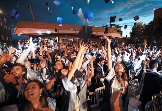 Yaşar Üniversitesi'nde mezuniyet sevinci