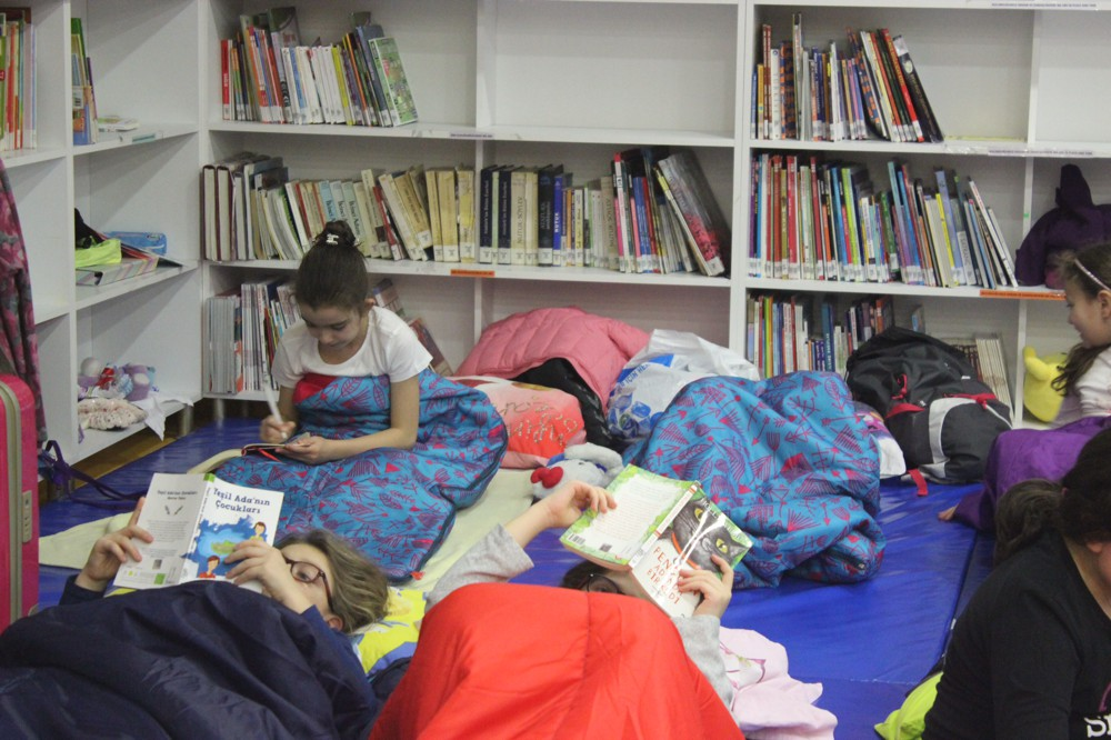 Öğrenciler kütüphanede geceledi