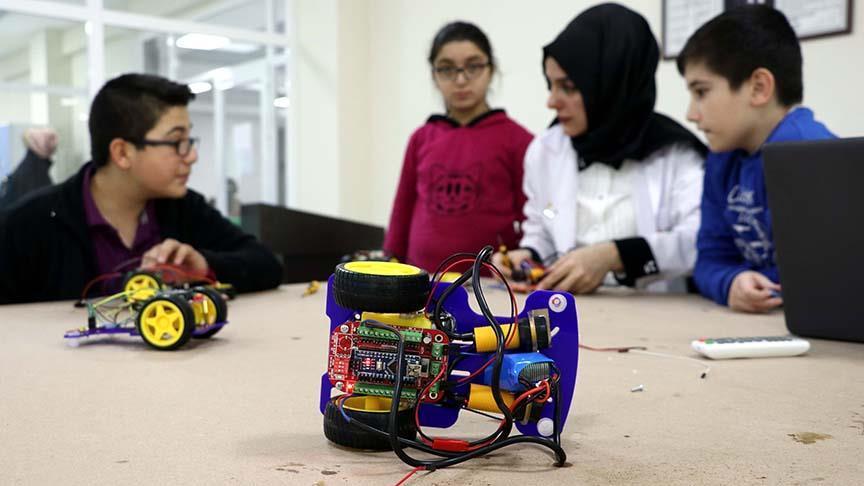 Robotik kodlama ile teknolojiyi öğreniyorlar