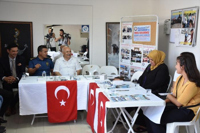 Üniversiteye kayıt için gelen öğrenciler Türk bayraklarıyla karşılandı