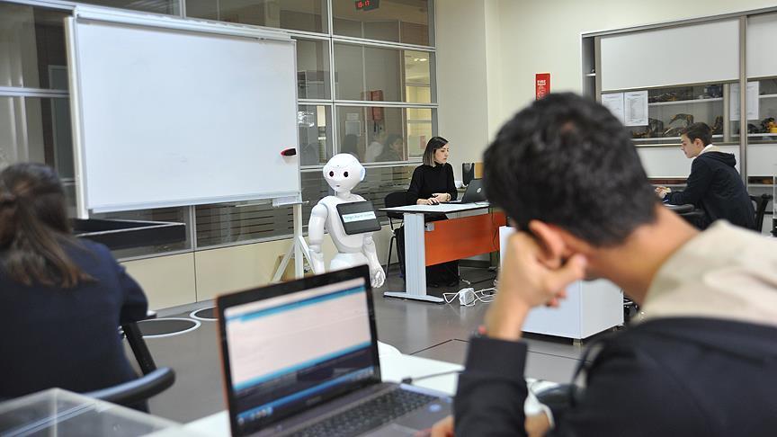 İnsansı robotla kodlama öğreniyorlar