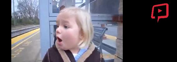 İlk defa tren gören tatlı kızın görülmeye değer heyecanı..