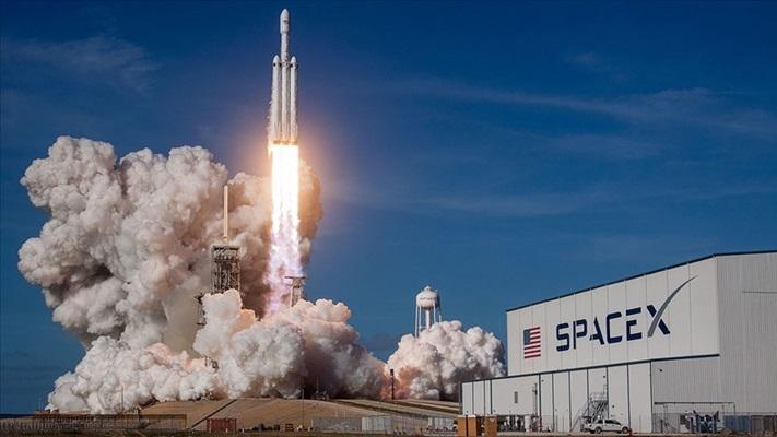 SpaceX uzaya 4 'amatör astronot' gönderdi