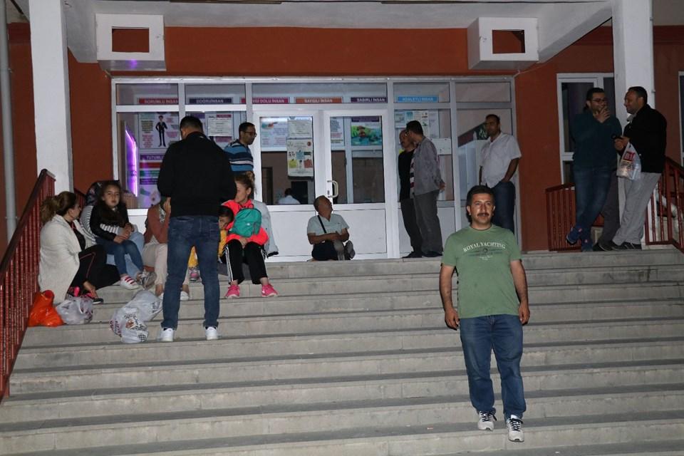 Veliler kayıt için okul önünde sabahladı