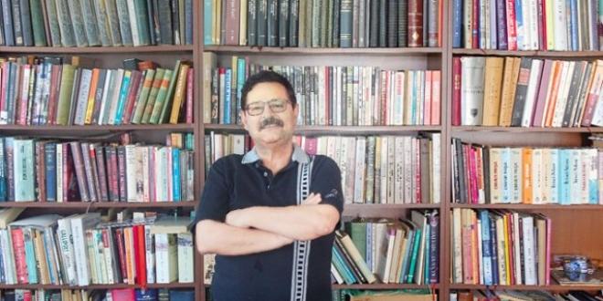 İmzalı kitapların izini süren matematik profesörü