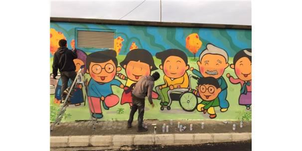 Üniversite Öğrencileri Sokak Duvarlarını Renklendirdi