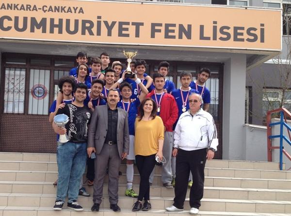 Liselilerin futbol yarışında birinci Cumhuriyet Fen Lisesi