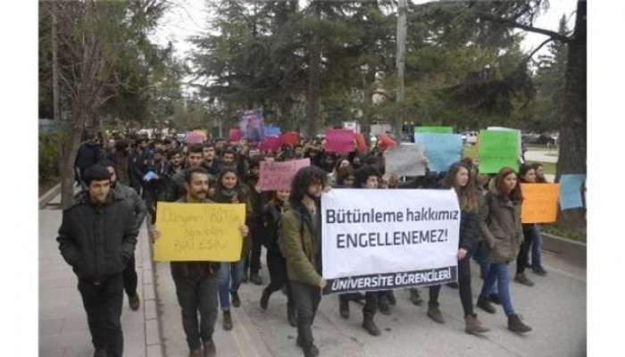 Üniversitelilerin ilginç bütünleme protestosu