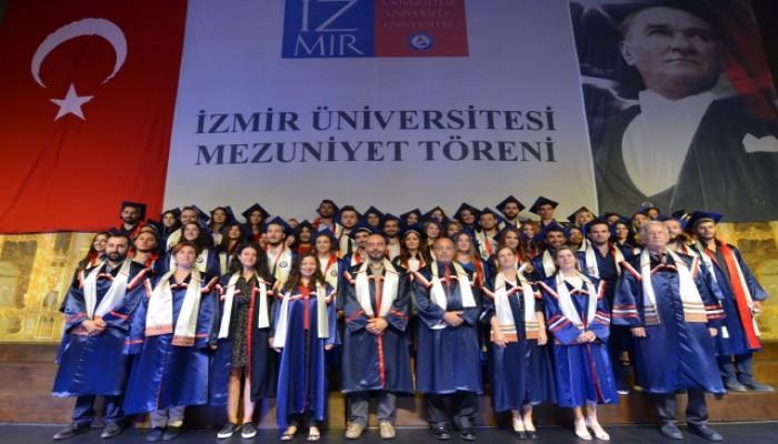 İzmir Üniversitesinde mezuniyet gururu